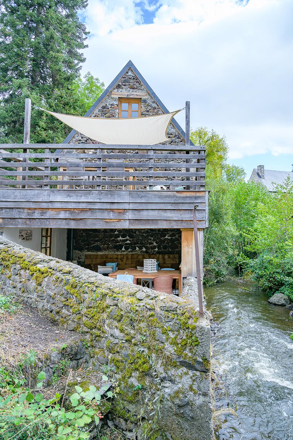 Overdekte loungeplek prive terras vakantiehuis Murol Puy-de-Dôme