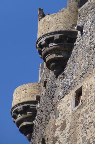 Kasteelmuur en toren kasteel Murol