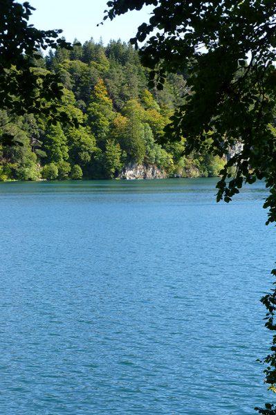 Wandelen rond Lac-Pavin een meer met vulkanische oorsprong