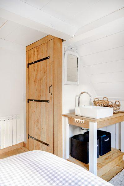 Slaapkamer met wasmeubel vakantiehuis Murol