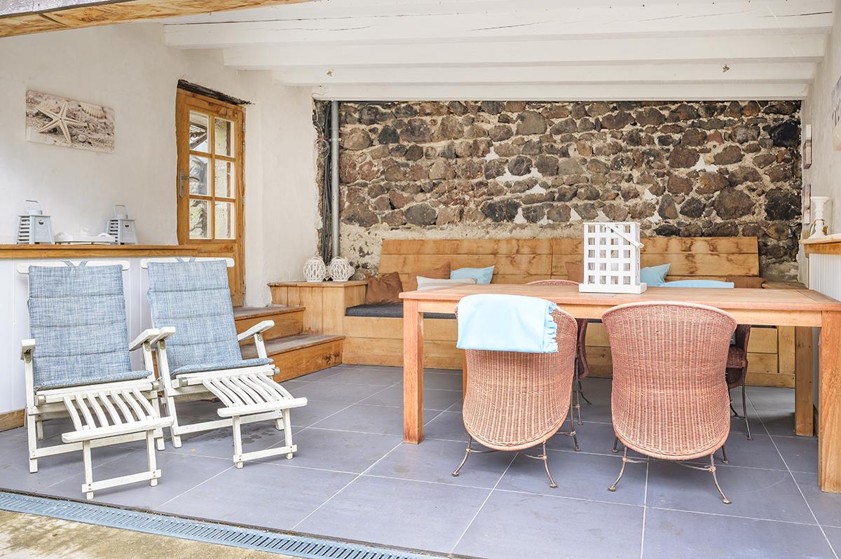 Overdekte loungeplek van vakantiehuis Murol