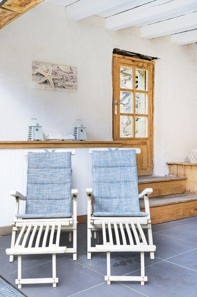 Overdekt loungeplek loungestoelen vakantiehuis Murol Puy-de-Dôme