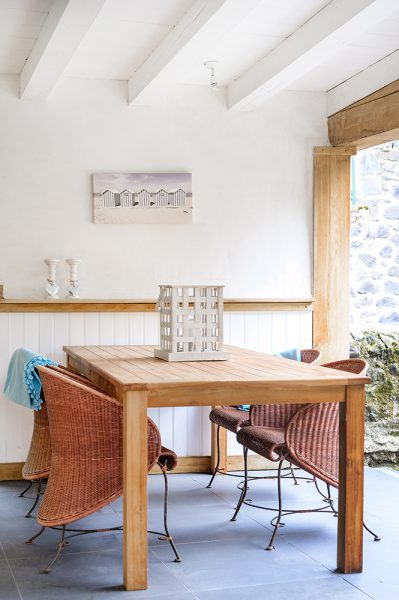 Overdekt loungeplek eettafelset vakantiehuis Murol Puy-de-Dôme