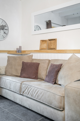 Grote loungebank met kussens bij vakantiehuis Murol in Auvergne-Rhône-Alpes, Frankrijk