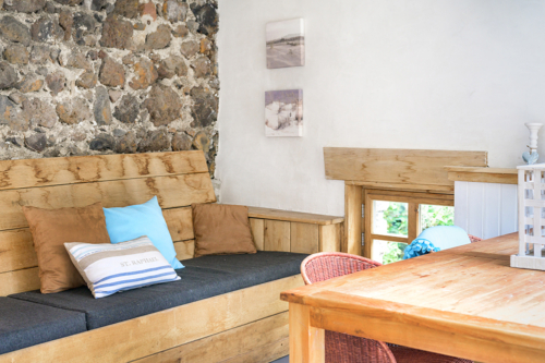 Overdekte loungeplek bij vakantiehuis Murol in Auvergne-Rhône-Alpes, Frankrijk