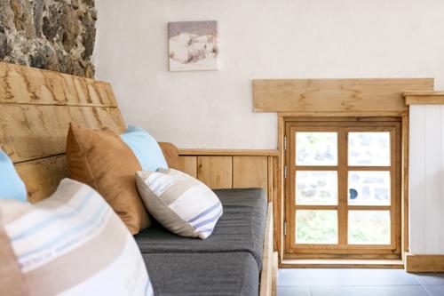 Overdekte loungeplek met loungebank bij vakantiehuis Murol