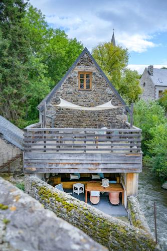 Overdekte loungeplek en afgesloten privé terras van vakantiehuis Murol in Auvergne-Rhône-Alpes