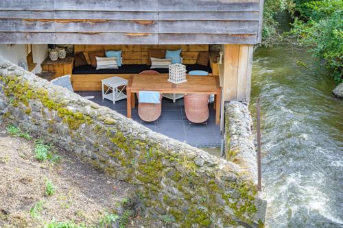 Overdekte loungeplek en het beekje in Auvergne-Rhône-Alpes, Frankrijk