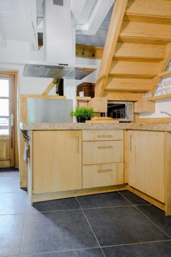 De open keuken van het vakantiehuis Murol is van vele gemakken voorzien