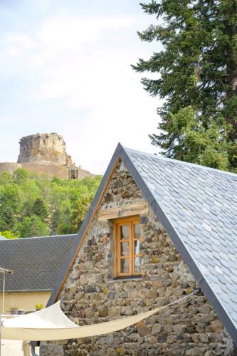 Het vakantiehuis met Kasteel Murol Puy-de-Dôme Frankrijk op de achtergrond