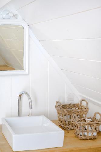Wasbak in de slaapkamer van het vakantiehuis Murol